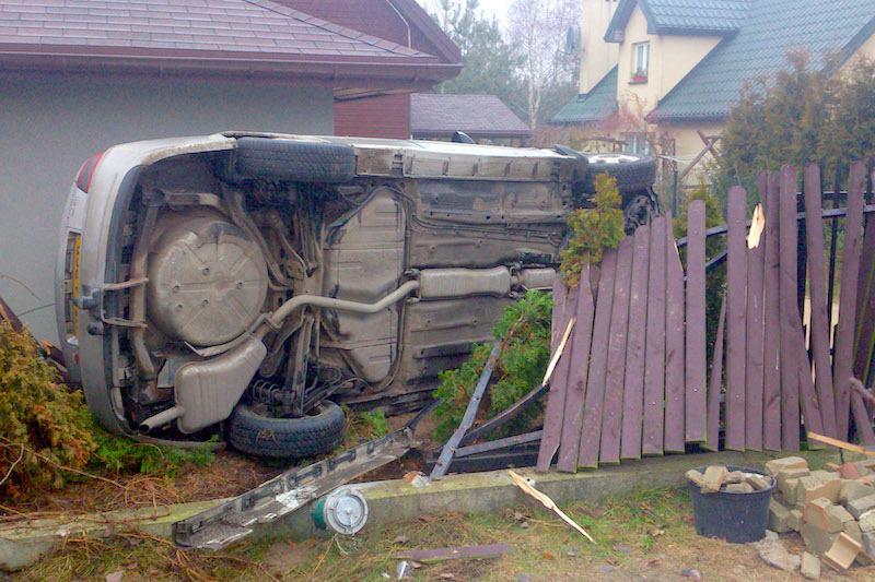 Samochody taranują ogrodzenie w Piskórce7