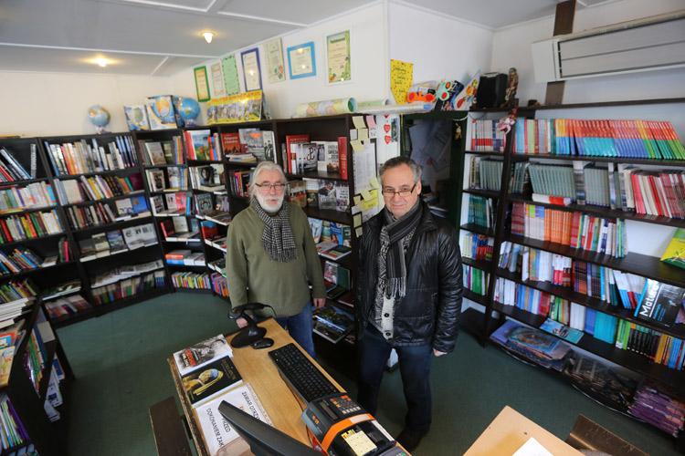 """Zbigniew Mucha (po lewej) wraz z Jackiem Uchmanowiczem prowadzą księgarnię """"Bzyk"""" od 26 lat."""