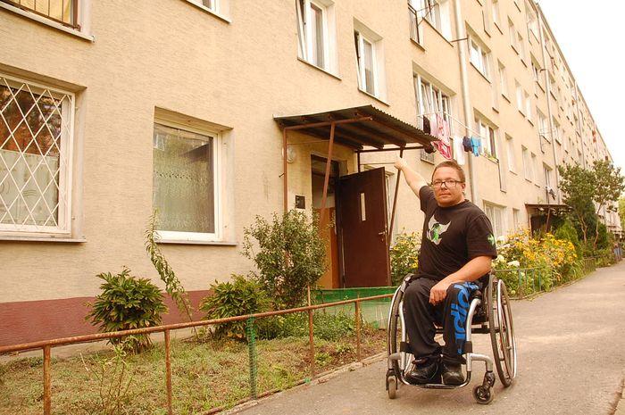 Niepełnosprawny chce mieszkać na parterze. Na piętro... wczołguje się po schodach