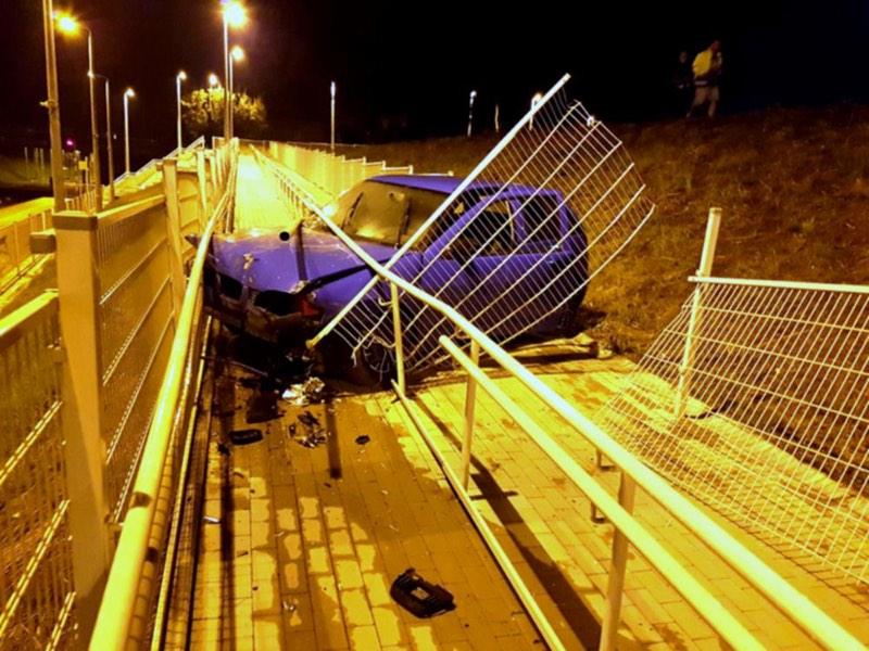 Pijany kierowca wypadł z drogi i stoczył się na stację kolejową