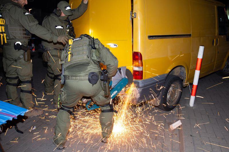 Nocny nalot na handlarzy w Wólce Kosowskiej. Zajęto towar za 12 mln zł!