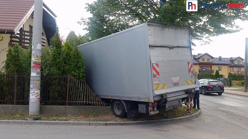 Ciężarówka wbiła się w ogrodzenie!