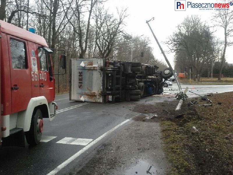 Ciężarówka staranowała sygnalizator świetlny i przewróciła się na jezdnię [AKTUALIZACJA]