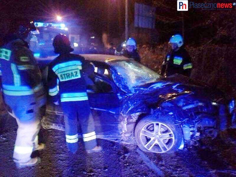 Volvo wypadło z jezdni i przewróciło się na chodniku! Kierowca przepadł bez śladu