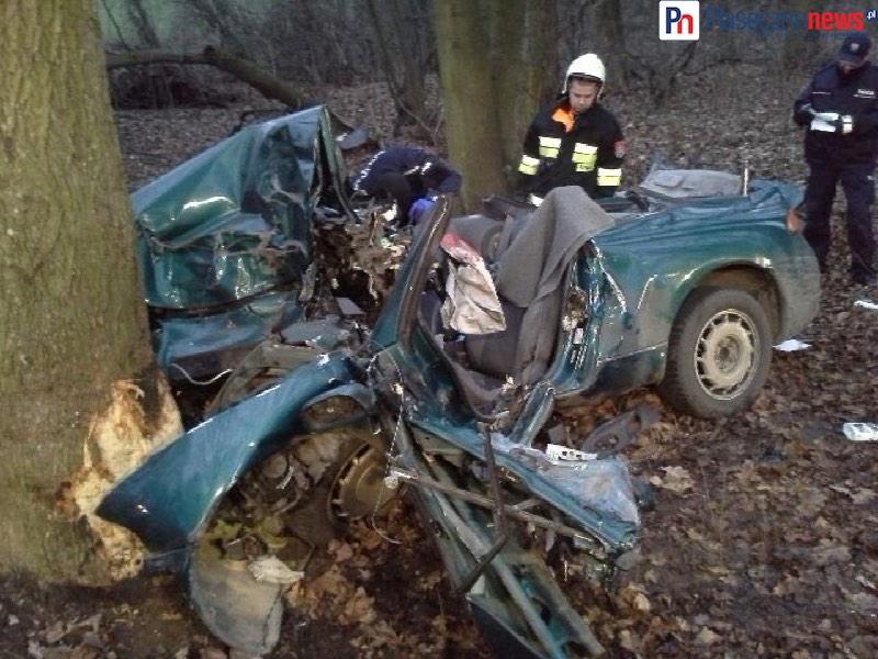 Mitsubishi roztrzaskało się o drzewo!  Z auta została sterta blachy