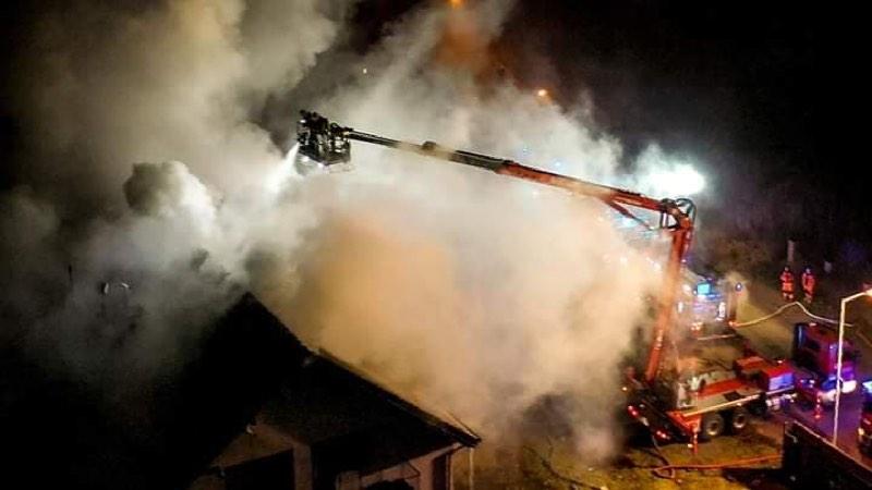 Strażacy gaszą pożar pustostanu