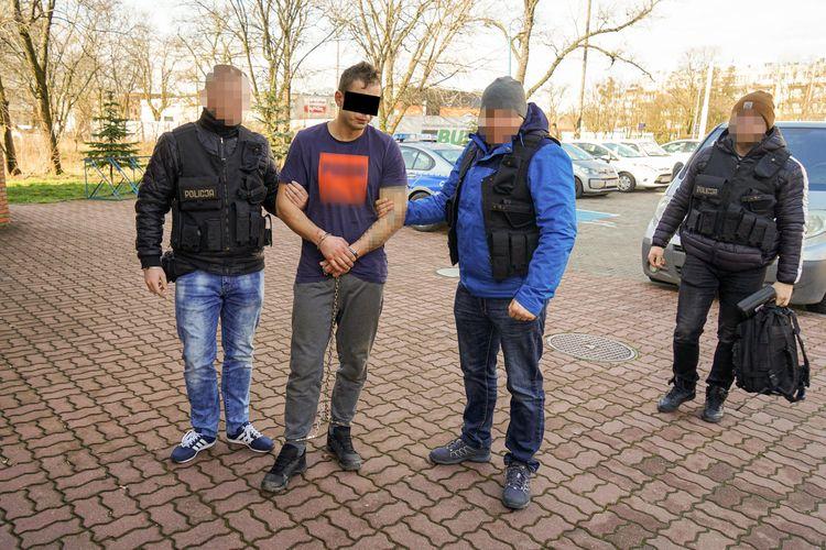 Spektakularny pościg i dachowanie! Zatrzymano podejrzanych o napad na sklep w Woli Gołkowskiej