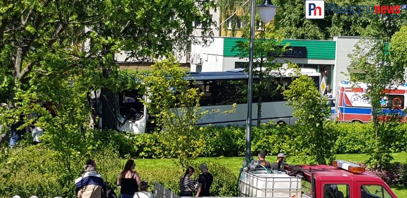 Autobus uderzył w drzewo! Trwa reanimacja kierowcy [AKTUALIZACJA]