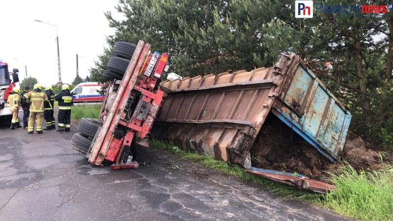 Cieżarówka z obornikiem runęła do rowu