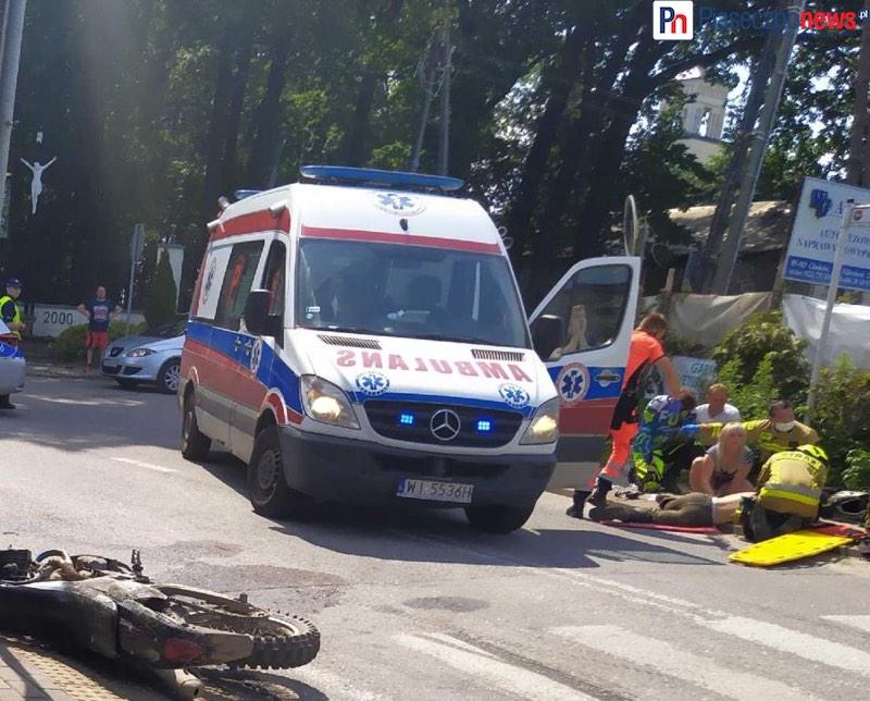 Dramatyczny wypadek w Głoskowie. Motocyklista uderzył w samochód! 4 osoby poszkodowane, śmigłowiec LPR w drodze