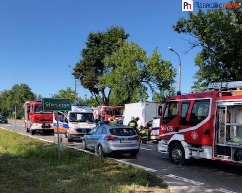 Strażacy uwalniają dwie osoby zakleszczone w karetce! Droga zamknięta [AKTUALIZACJA]