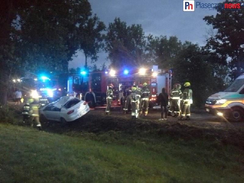 Drzewo runęło na seata! Krajowa 79 zablokowana, trwa walka o życie kierowcy
