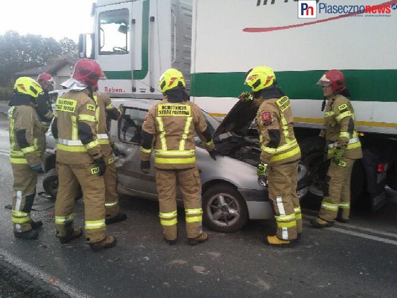 Renault wpadło pomiędzy ciężarówkę a tira! Utrudnienia na DK 79
