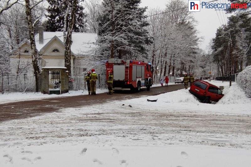 Wypadek na skrzyżowaniu. Chrysler wpadł do rowu