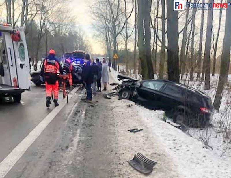 Dwa czołowe zderzenia! Strażacy uwalniają kierowcę z samochodu [AKTUALIZACJE]