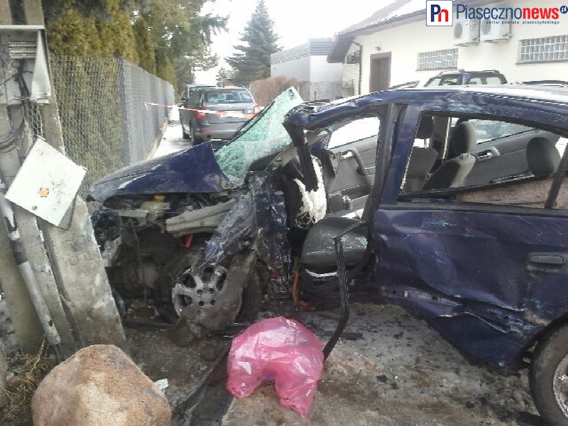 Toyota wymusiła pierwszeństwo, opel uderzył w słup. Wezwano śmigłowiec LPR