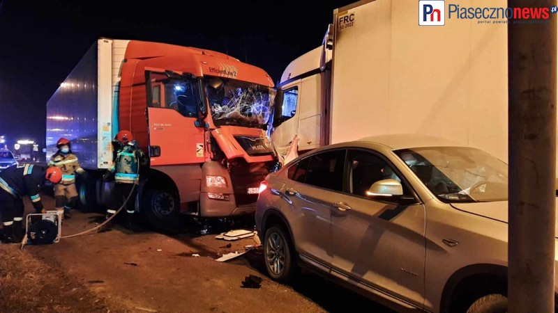 Czołowe zderzenie dwóch ciężarówek. Ruch wstrzymany! [AKTUALIZACJE]