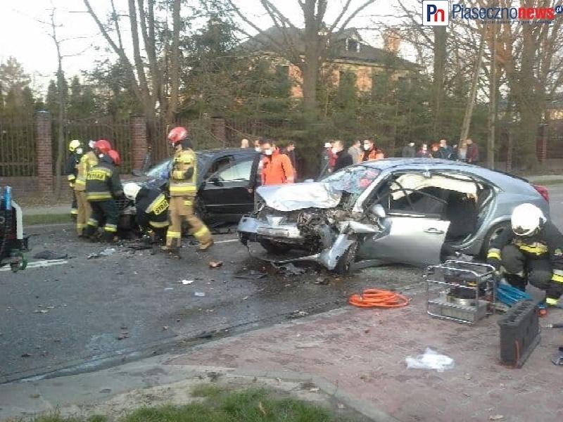 Strażacy uwalniają kierowcę ze zmiażdżonego samochodu! Ląduje śmigłowiec LPR