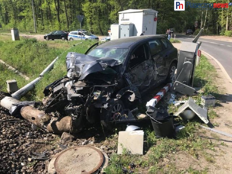 Wypadek na przejeździe, z samochodu została miazga [FILM]