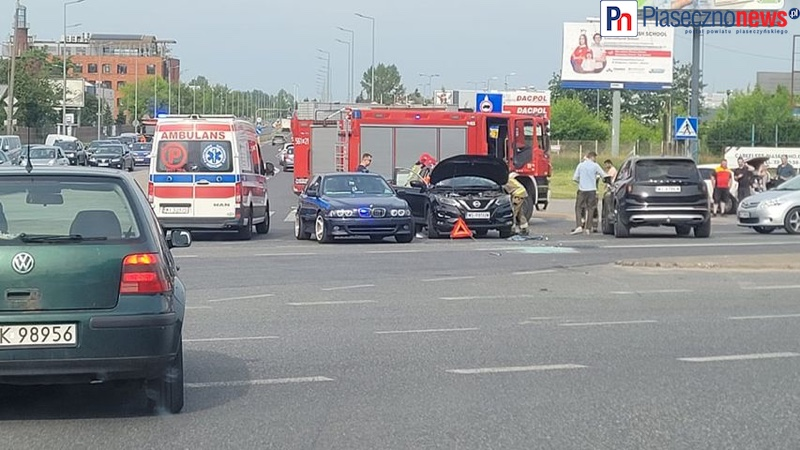 Wypadek przy Laminie. Jedna osoba utknęła w aucie