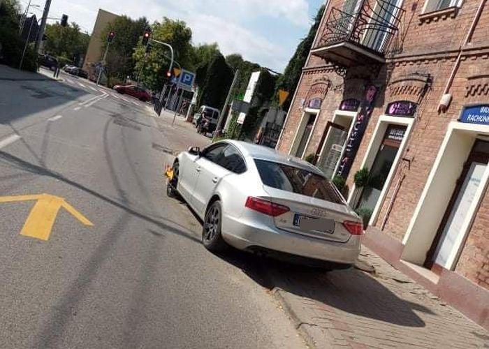 Straż miejska założyła na koło blokadę. Właściciel auta jej nie zauważył i... uszkodził samochód