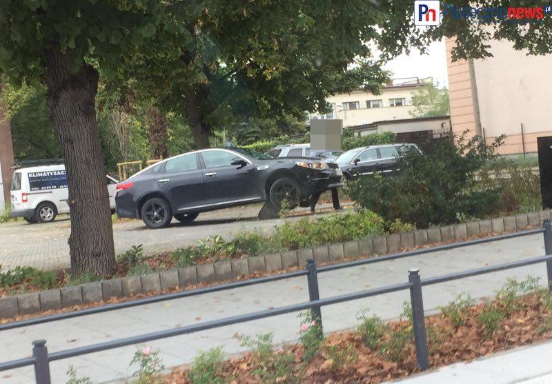 Samochód zawisł na betonowym słupku